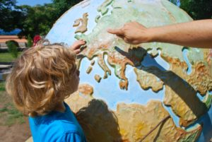 enfant question globe terrestre parent apprentissage éducation savoir information world map